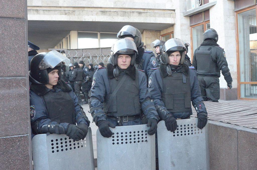 Ukraińskie siły porządkowe. Zdjęcie wykonane podczas protestu w Doniecku  9 marca 2014 (Andrew Butko/CC BY-SA 3.0).