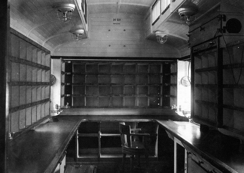 Wnętrze przedwojennego wagonu pocztowego. Zdjęcie poglądowe (domena publiczna).