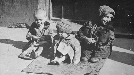 Głodujące dzieci w warszawskim getcie. Fotografia z lat 1941-1943 w zbiorach United States Holocaust Memorial Museum.